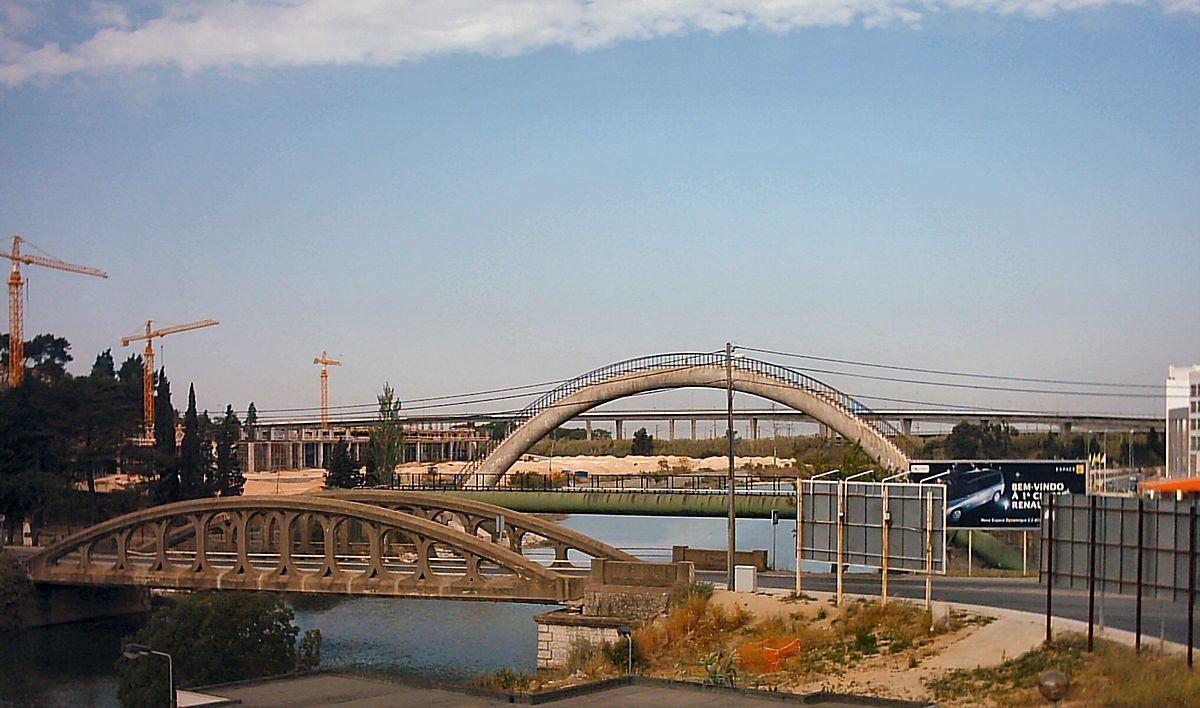 1200px-Ponte_sobre_o_rio_Tranc%C3%A3o_em_Sacav%C3%A9m.jpg