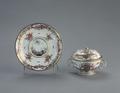 Porslin. Kopp med lock och fat. Guld och blomsterdekor - Hallwylska museet - 89183.tif