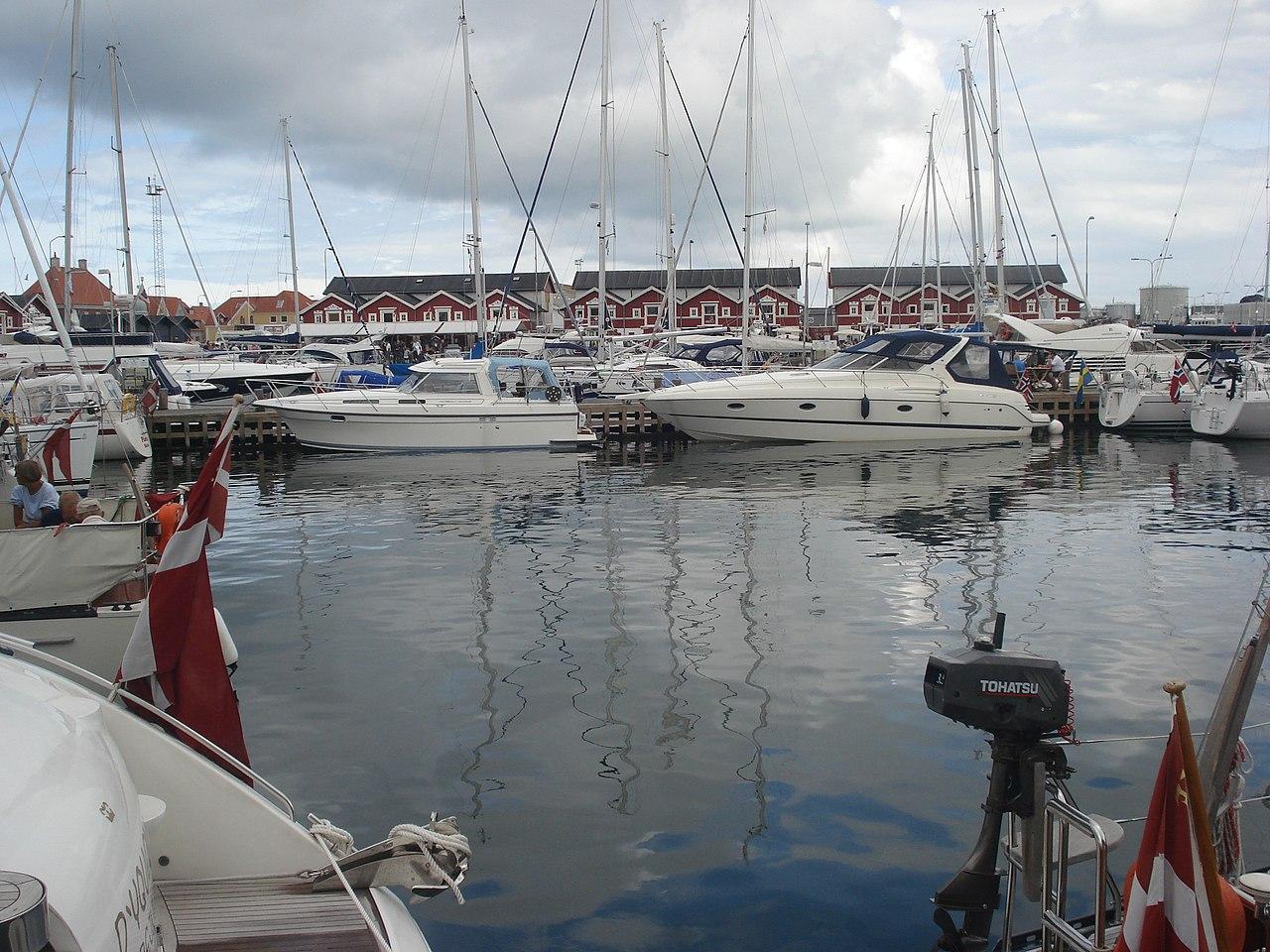 Skagen Havn mit den historischen Fischlagerhäusern im Hintergrund (Juli 2008)