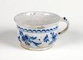 Potta från 1749, gjord av fajans med blomrankor, bågmotiv och linjebårder i blå underglasyrmålning - Skoklosters slott - 95296.tif