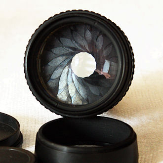 Diaphragm (optics) - Pentacon 2.8/135 lens with 15-blade iris