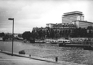 Albert Laprade - Paris, 4th arrondissement, quai Henri IV, seen from the quai Saint-Bernard, in 1981. The 14-story building to the rear in the right of the picture is the Prefecture.