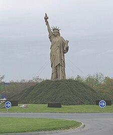 Réplique de la Statue de Liberté réalisée pour le film Le Cerveau — Barentin, 2006.jpg