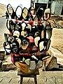 Rétroviseur de moto à deux roues exposé pour la vente dans une rue à Cotonou au Bénin.jpg
