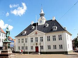 Det gamle rådhus ved Rådhustorvet i Randers, med statuen af Niels Ebbesen.