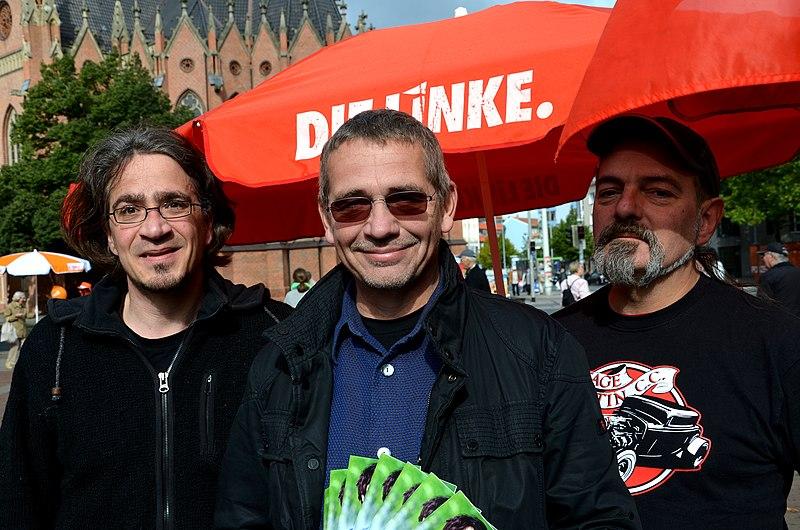 File:Repräsentanten von Die Linke in Hannover, v.l. Fares Rahabi, Ratsherr Oliver Förste, Stefan Schilling, hier am Klagesmarkt vor der Bundestagswahl 2013.jpg