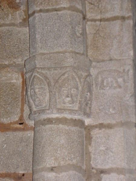 Église Saint-Denis de Saint-Denis-sur-Sarthon (61). Chapiteau de la chapelle des fonts.
