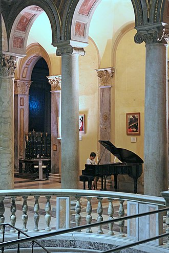 San Nicola in Carcere - Pianist playing next to the stairs to the Roman ruins