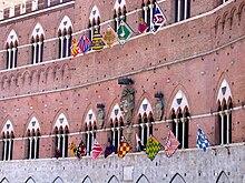 Trifore del Palazzo Comunale durante i giorni del Palio, in alto le contrade che non partecipano, in basso quelle che partecipano alla corsa.