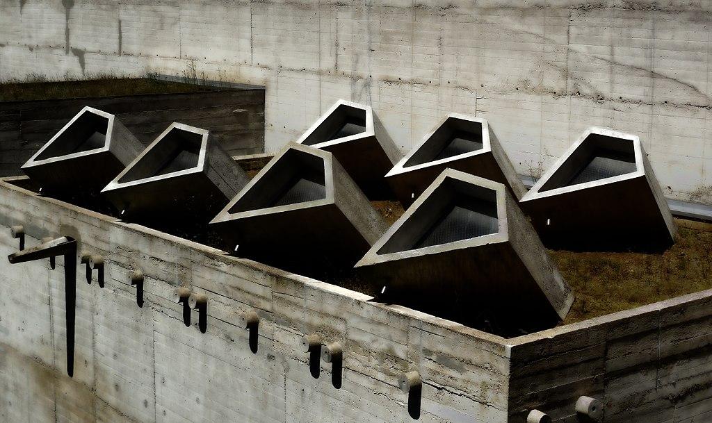 Fenêtres sur toit du couvent de la Tourette près de Lyon - Photo de Kamalpassi2102