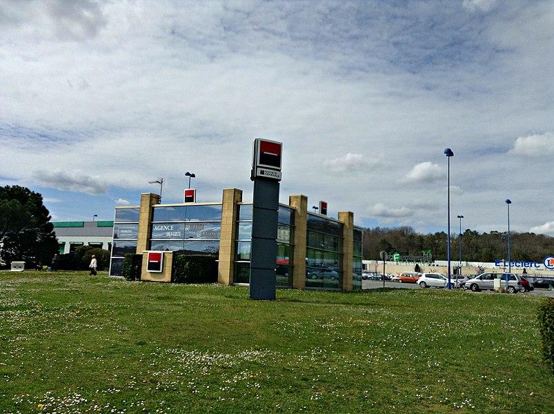 Bâtiment de la banque Société Générale, dans la zone commerciale de la Feuilleraie de Trélissac (France).