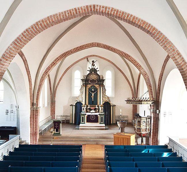 File:St.-Laurentius-Kirche Innenansicht.jpg