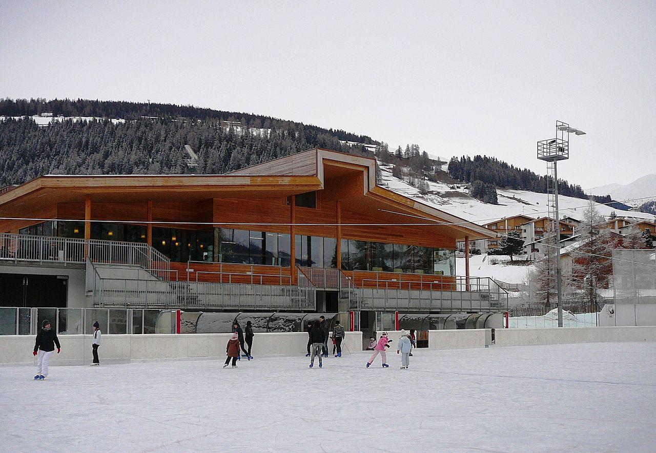 File stadio del ghiaccio a dobbiaco jpg wikimedia commons for Dobbiaco soggiorno aeronautica