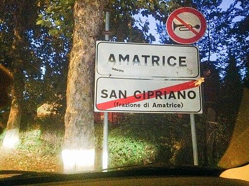 Terremoto centro Italia 2016 - Amatrice - cartello benvenuto (28700686223)