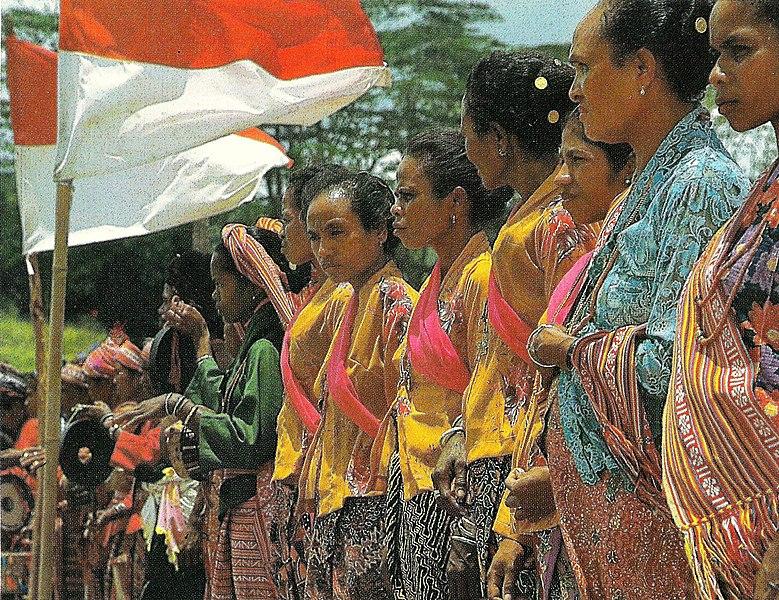 Wanita di Timor Timur dengan bendera Indonesia.