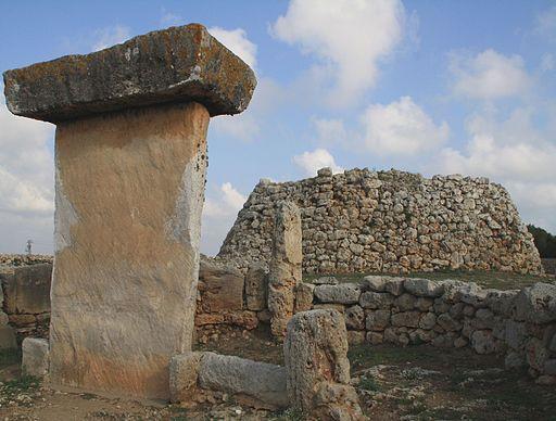 Taula und Talayot in Trepuco (Menorca)