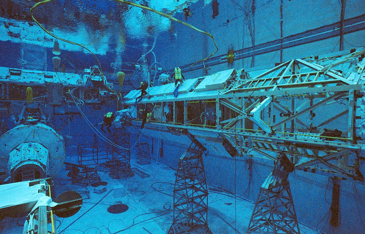 File:Underwater EVA simulation for STS-116.jpg - Wikimedia ...