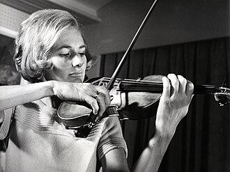 Ursula Bagdasarjanz - Ursula Bagdasarjanz with a Stradivari from the Rolf Habisreutinger Collection