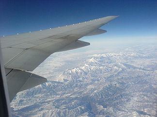 Blick auf die Rocky Mountains in Montana aus einem Flugzeug