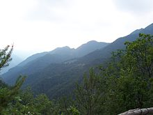 La località di Droane vista dalla Bocca di Paolone. Il Covolo del Martelletto si trova a sud poco sopra il fondovalle.
