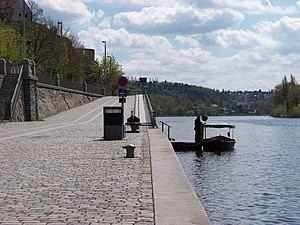 Vyšehrad, přístaviště Výtoň, přívoz P5, člun Rákosníček.jpg