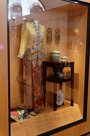 Busana kebaya wanita Peranakan di Museum Peranakan .