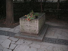 [Bild: 220px-Walther_von_der_Vogelweide_grave2.jpg]