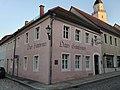 Wohnhaus mit historischer Gaststätte in geschlossener Bebauung und Ecklage (Gasthaus Gambrinus) Kirchstraße 10.jpg
