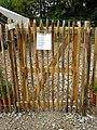 Wuppertal, August-Jung-Weg, Waldkindergarten, Zugang mit Corona-evozierter Aufforderung.jpg