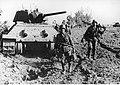 Żołnierze niemieccy przy zbobytym czołgu radzieckim w rejonie jeziora i rzeki Orel. (2-902).jpg