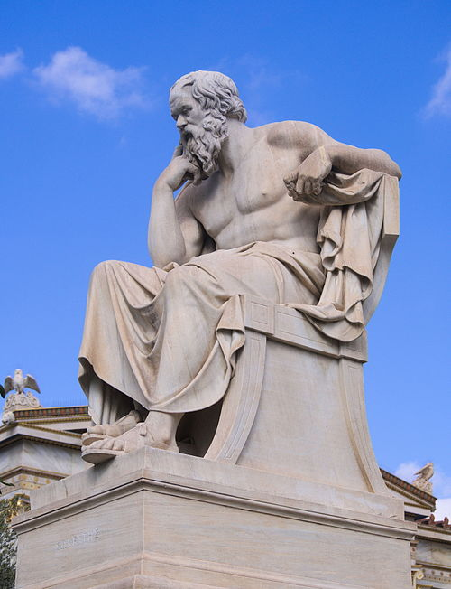 アテネアカデミーの前にあるソクラテスの像(現代)Wikipediaより
