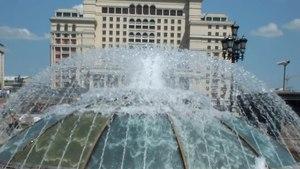 File:Один из фонтанов «Купола» на Манежной площади, 23 мая 2014 года.webm