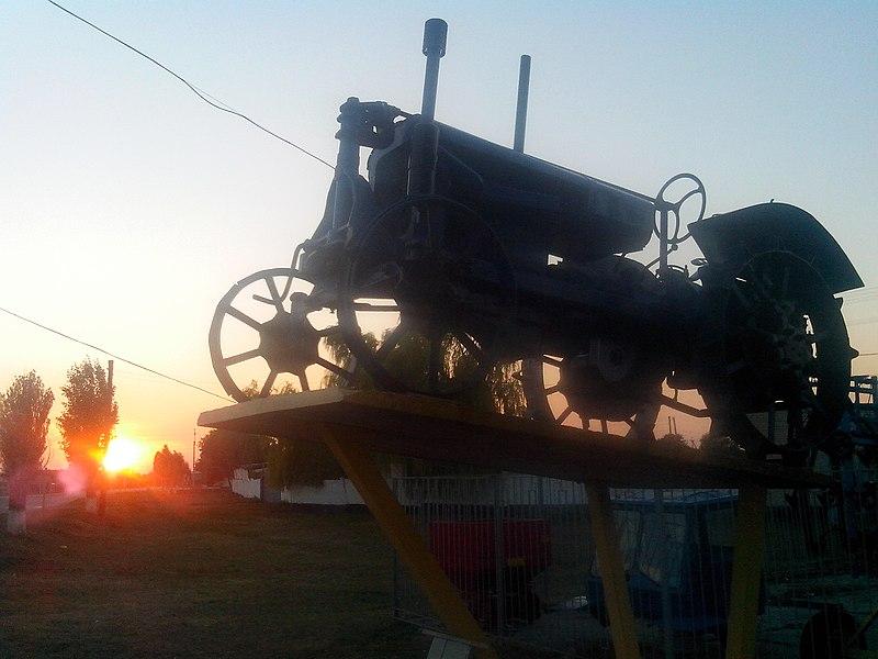 Трактор «Універсал», Покровське. Автор: Atoly, ліцензія CC-BY-SA-4.0