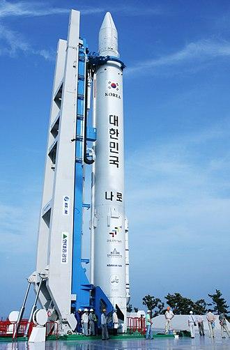Naro-1 - Image: 나로호(KSLV I) 발사대 기립 (3)