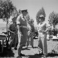 유엔한국위원단 군사고문 중 한명인 호주의 F. S. B. Peach 장군 (왼쪽)과 한국군사령관. 한국의 전투지이다. 뒤쪽의 조종사와 전투기는 전투태세를 갖추고 있다.jpg