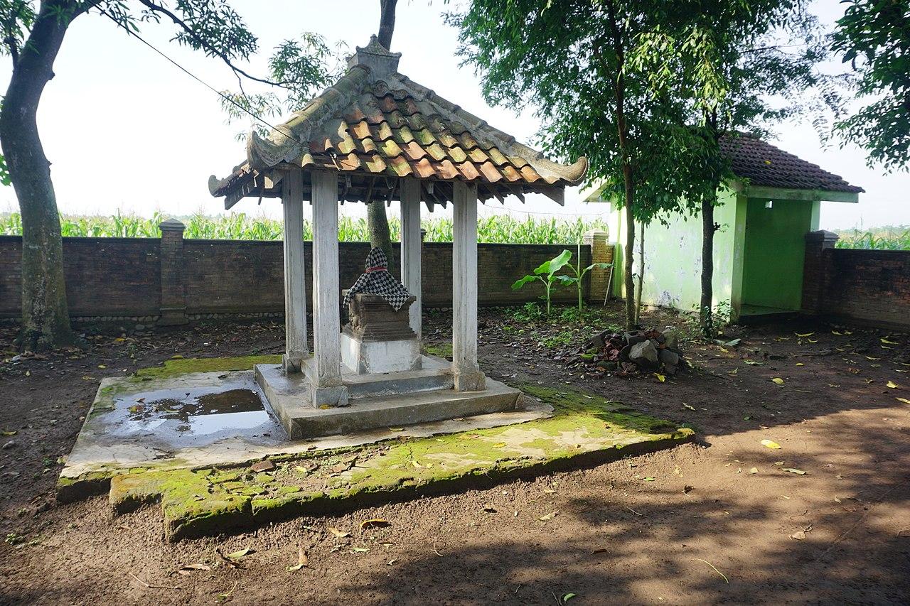 031 Outside Shrine, Petilasan Hayam Wuruk (25577353877).jpg
