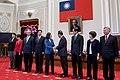 10.13 總統主持總統府記者會,宣布總統府資政宋楚瑜擔任我國領袖代表,出席今(2017)年APEC經濟領袖會議,並向宋領袖代表握手致意 (37406128350).jpg