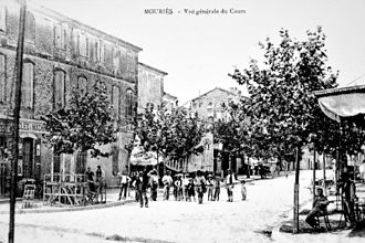 Mouriès - Mouriès in the year 1900. Le Cour (today Cour Paul Revoil)