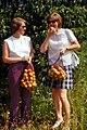 1974-08-08 Wraza-LPG-Besuch, 2 Mädchen mit Einkaufsnetzen und Pfirsichen.jpg