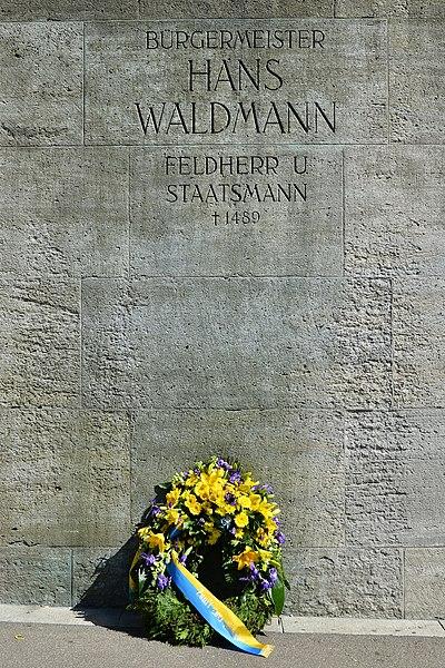 File:2015 Sechseläuten - Waldmann-Kranzniederlegung - Zunft zum Kämbel - Münsterhof 2015-04-13 14-53-55.JPG