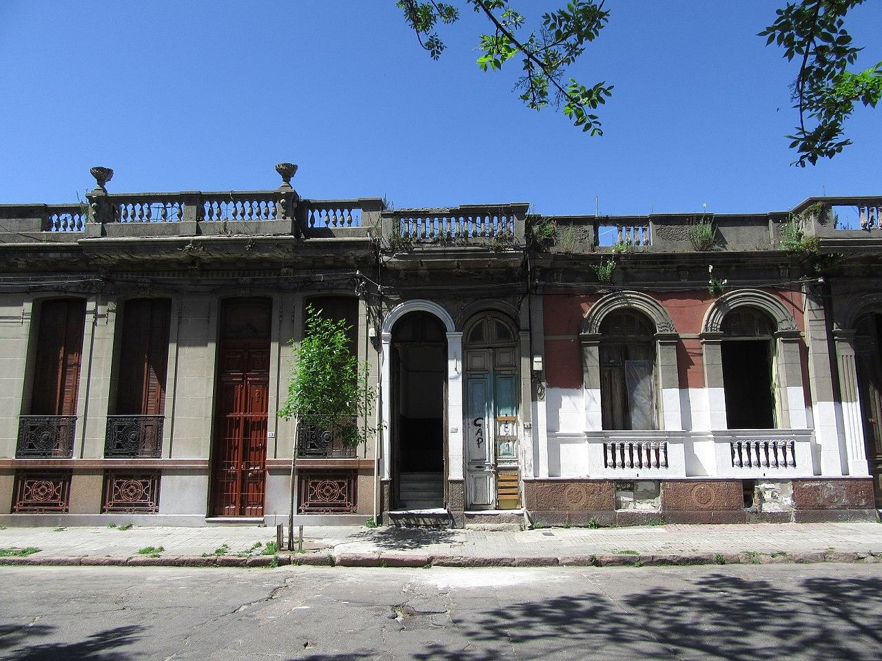 File 2016 uruguay fachadas de casas antiguas en la calle for Fachadas de casas de barrio