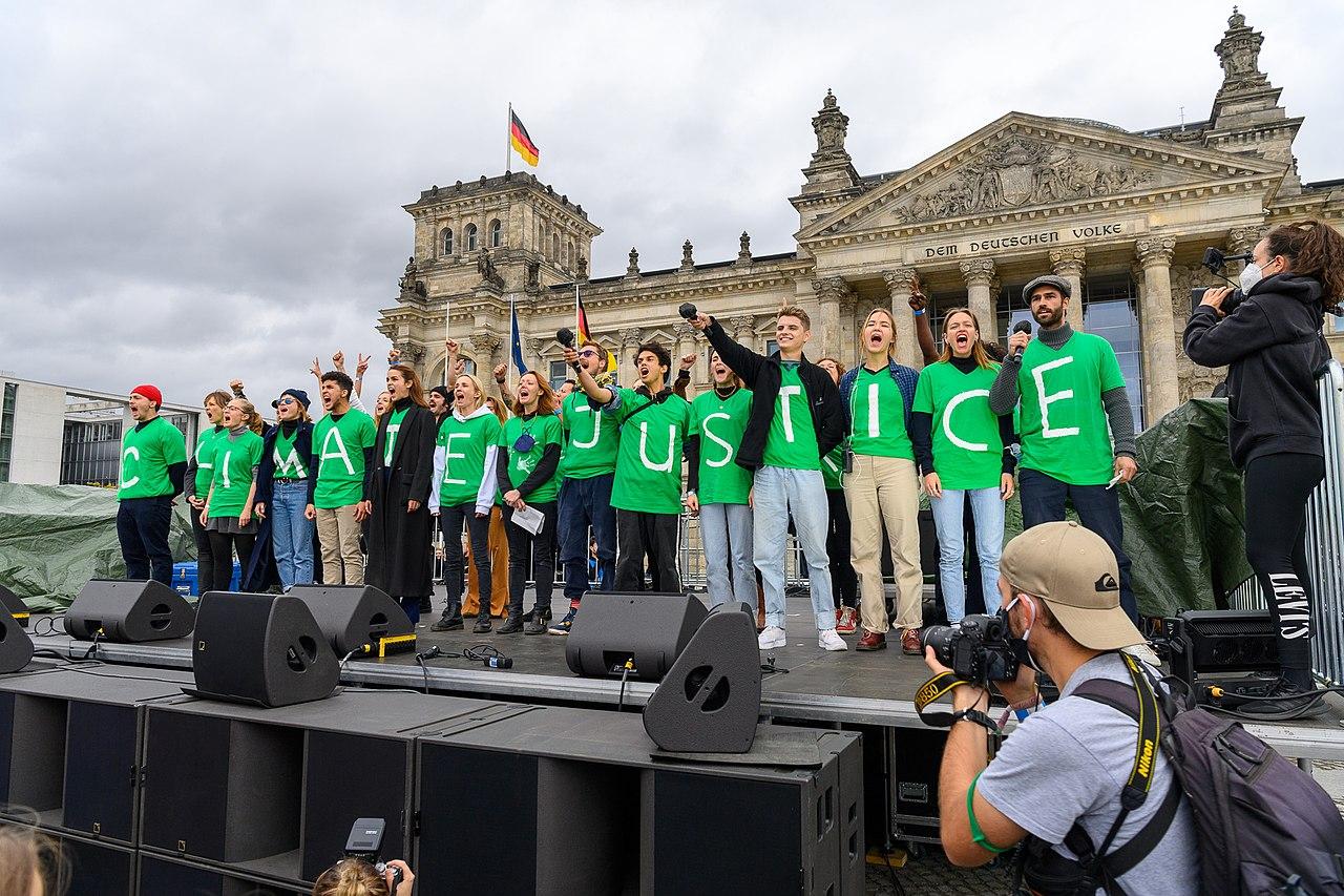 """25 Schauspieler innen Influencer innen sprechen beim Klimastreik von Fridays for Future. Auf den T-Shirt steht """"Vote Climate Justice"""" (51523776483).jpg"""