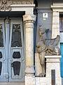 689 Antiga clínica Sabaté, pl. Alfons XII 7 (Tortosa), esfinx dreta.JPG