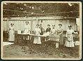 8 Arbeitsplätze für 7 Wäschefrauen und 1 Wäscher mit Waschzuber, Waschbrett, Gießkanne zum Sonnen-Bleichen, Wäscheklammern und Wechselgriff-Bügeleisen.jpg