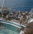 Aan boord vannhet schip Jerusalem Passagiers zonnen aan dek in ligstoelen rond , Bestanddeelnr 255-9207.jpg