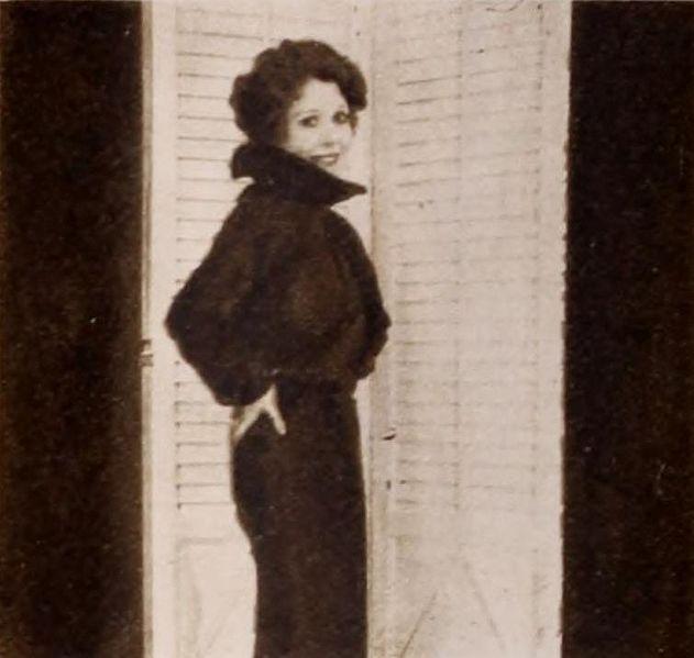 File:Annette Hanshaw modelling 07.jpg