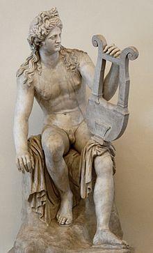 Apollo con in mano una lira, uno dei suoi simboli tipici, in una statua del primo secolo.