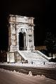 Arco di Traiano in notturna dopo la nevicata del 2012.jpg