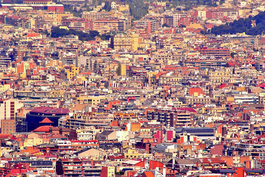 Vue sur les toits de Barcelone depuis la colline de Montjuic. Photo de Valeria Dios.