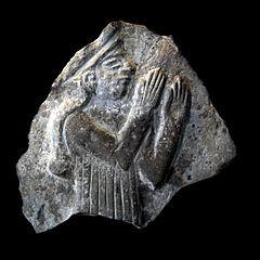 Fragment de bas-relief avec une déesse Lama